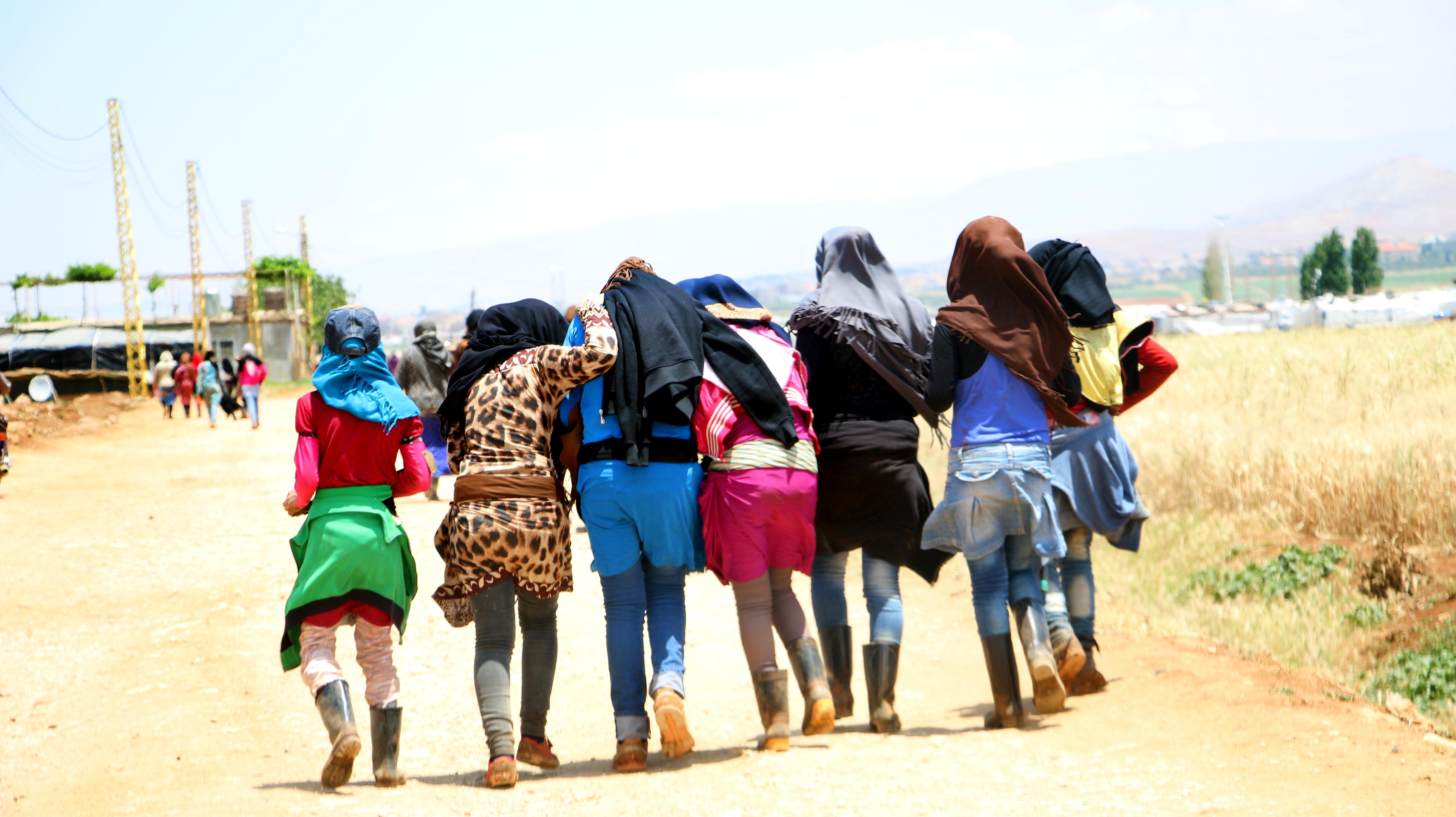 Några Syriska kvinnor promenerar till flyktinglägret där de bor i Libanon, efter en dags arbete. Flyktinglägret ingår i ett projekt för fackförbund, mänskliga rättigheter och offentliga tjänster av god kvalitet för migranter och flyktingar i MENA-regionen