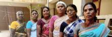 Indiska kvinnor på rad i traditionella kläder